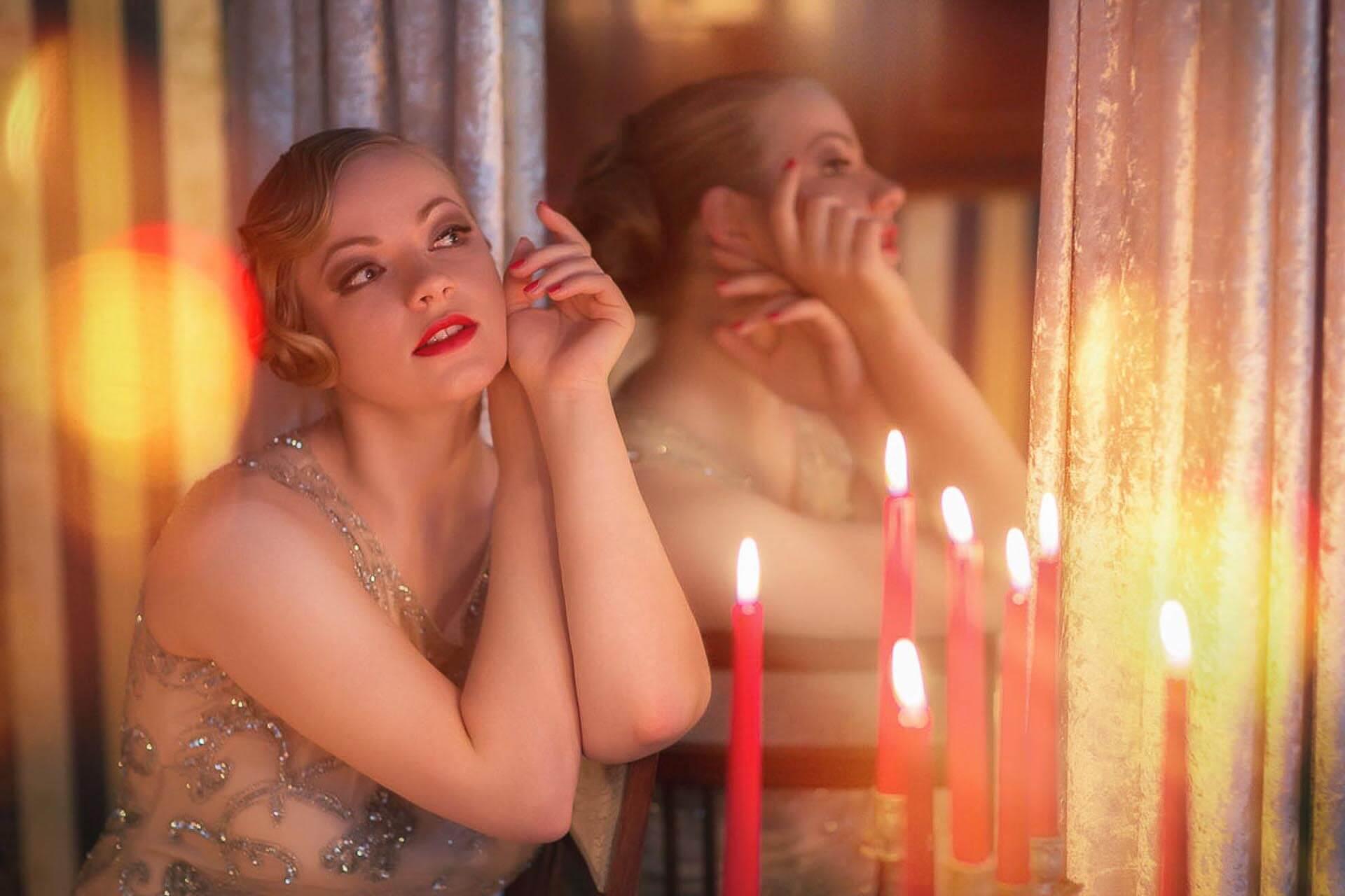 Halbportrait-Fotostudio-Dresden-Fotograf-20iger Jahre-Shooting-Spiegel-Dress-Kerzen