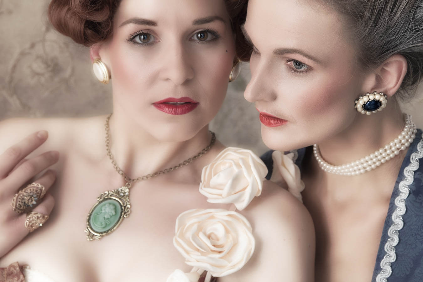 Fotostudio-Dresden-Barock-Shooting-Kleider-Haarschmuck-Frisur-Styling-Make up