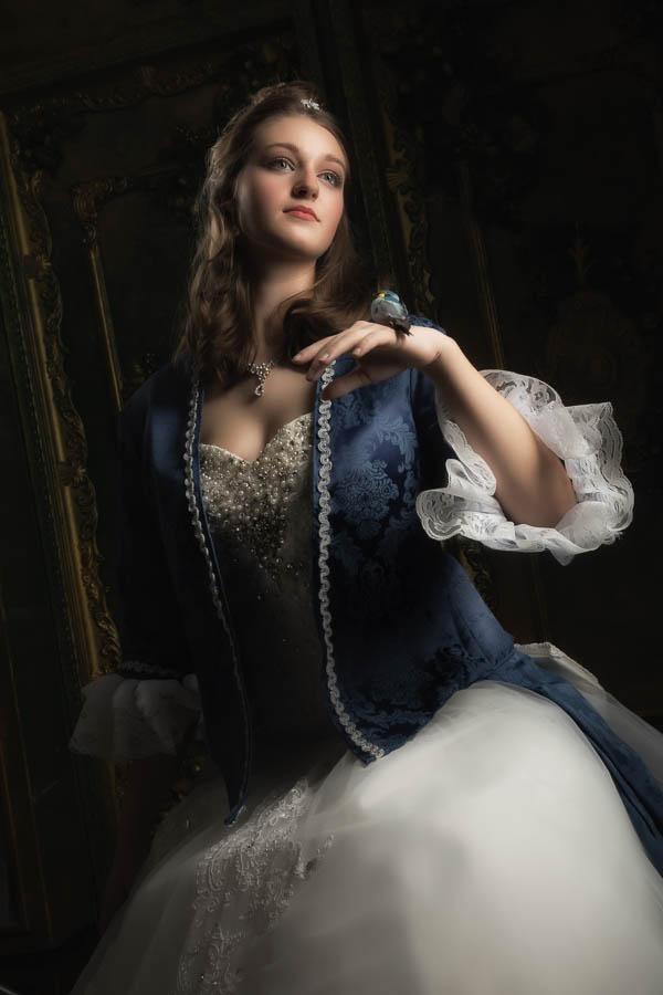 Halbportrait-Fotostudio-Dresden-Beauty-Styling-Kleid-Kopfschmuck-Make up