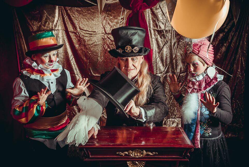 Fotograf-Fotostudio-Dresden-Zirkus-Kostüm-Shooting-Künstler-Artisten-Clown-Zylinder-Taube-Vorstellung-Styling-Make up-Unterhaltung