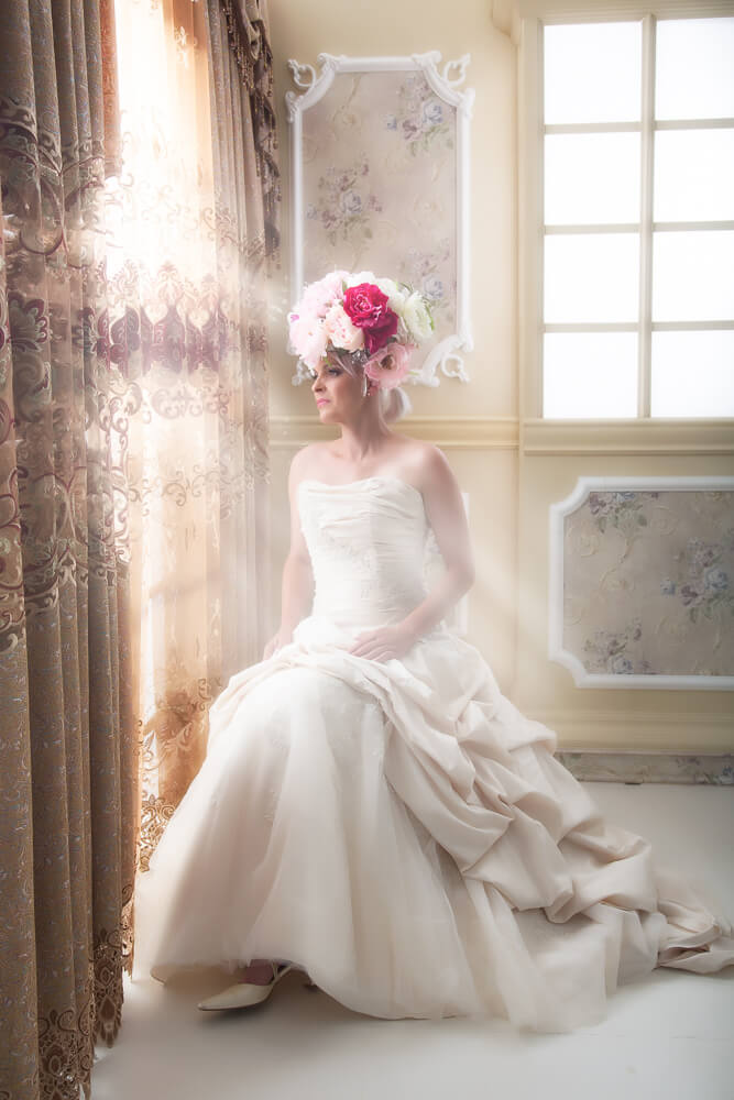 Fotograf-Fotostudio-Dresden-Barock-Styling-Window-Make up-Dress-Kleid-Kopfschmuck-Blumen-Schmuck