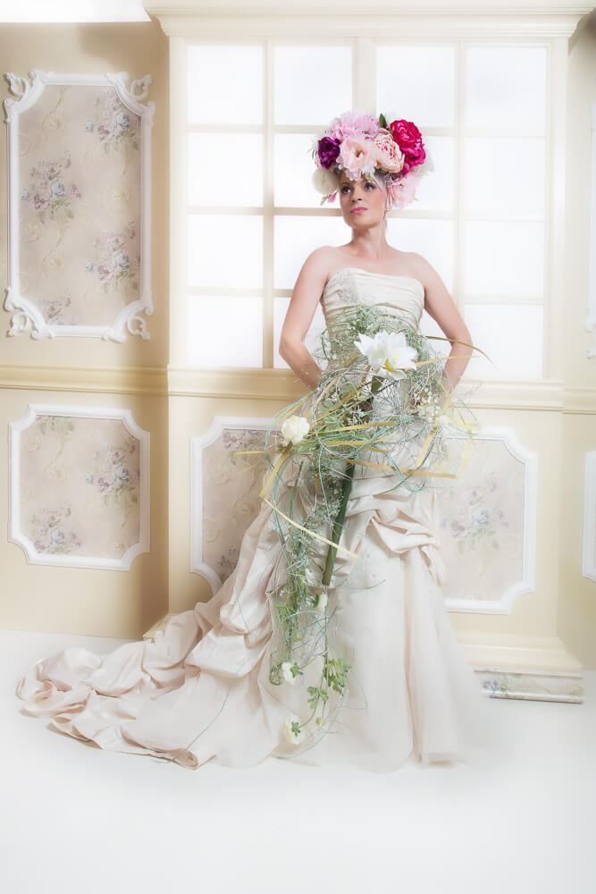 Fotograf-Fotostudio-Dresden-Barock-Styling-Blumenstrauß-Window-Make up-Dress-Kleid-Kopfschmuck-Blumen-Schmuck