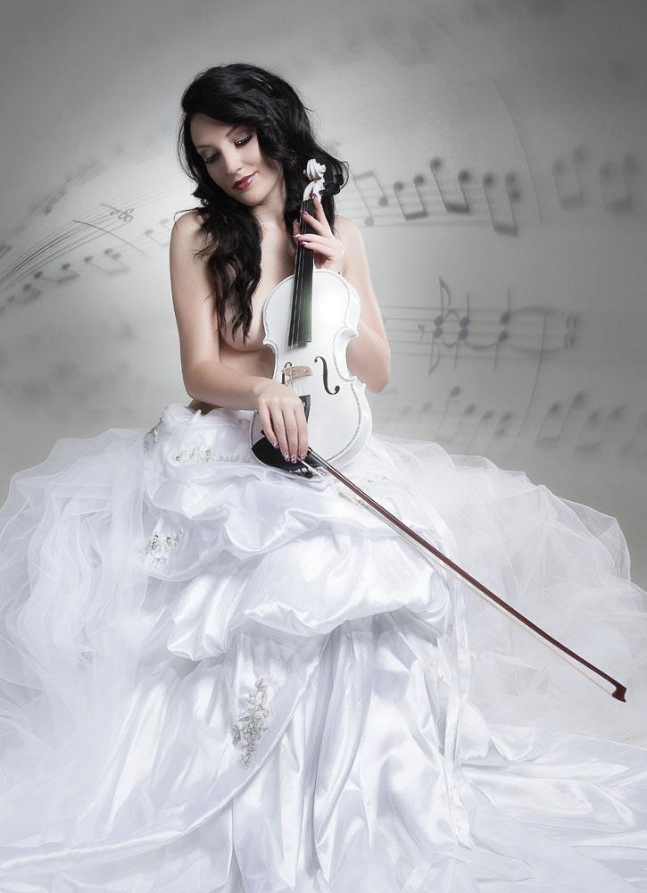 Fotograf-Fotostudio-Dresden-Erotik-Shooting-Styling-Make up-Dress-Violine-Instrument-Musik