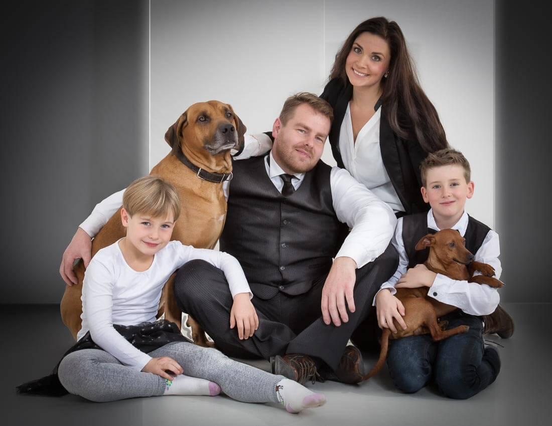 Fotograf-Fotostudio-Dresden-Familie-Fotos-Shooting-Erinnerungen-Kinder-Eltern-Tiere-Generationen-Kleid-Anzug-Natürlichkeit-Liebsten-Professionell