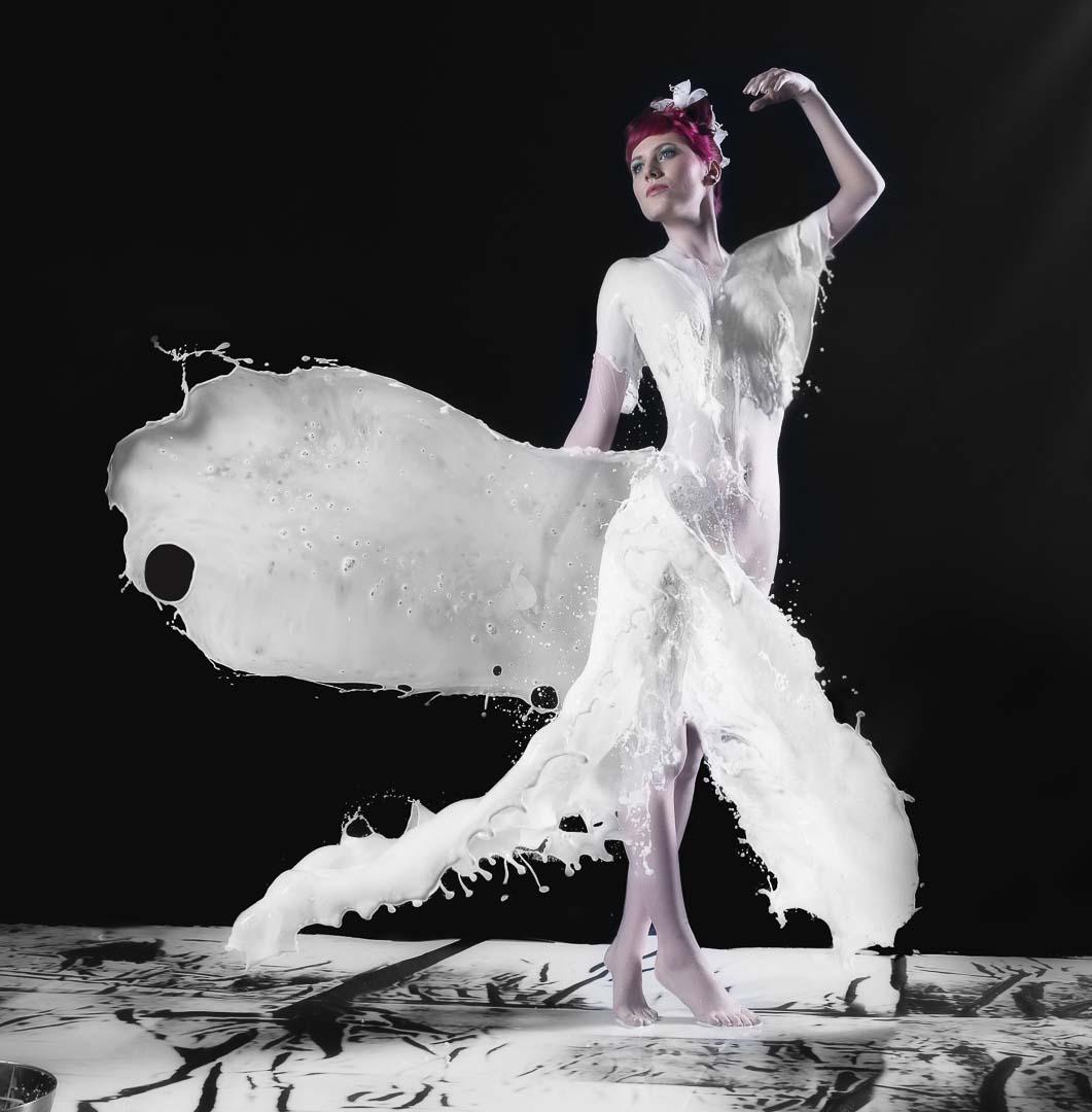 Fotograf-Fotostudio-Dresden-Shooting-Milch-Farbe-Weiß-Kleid-Fließend-Akt-Make up
