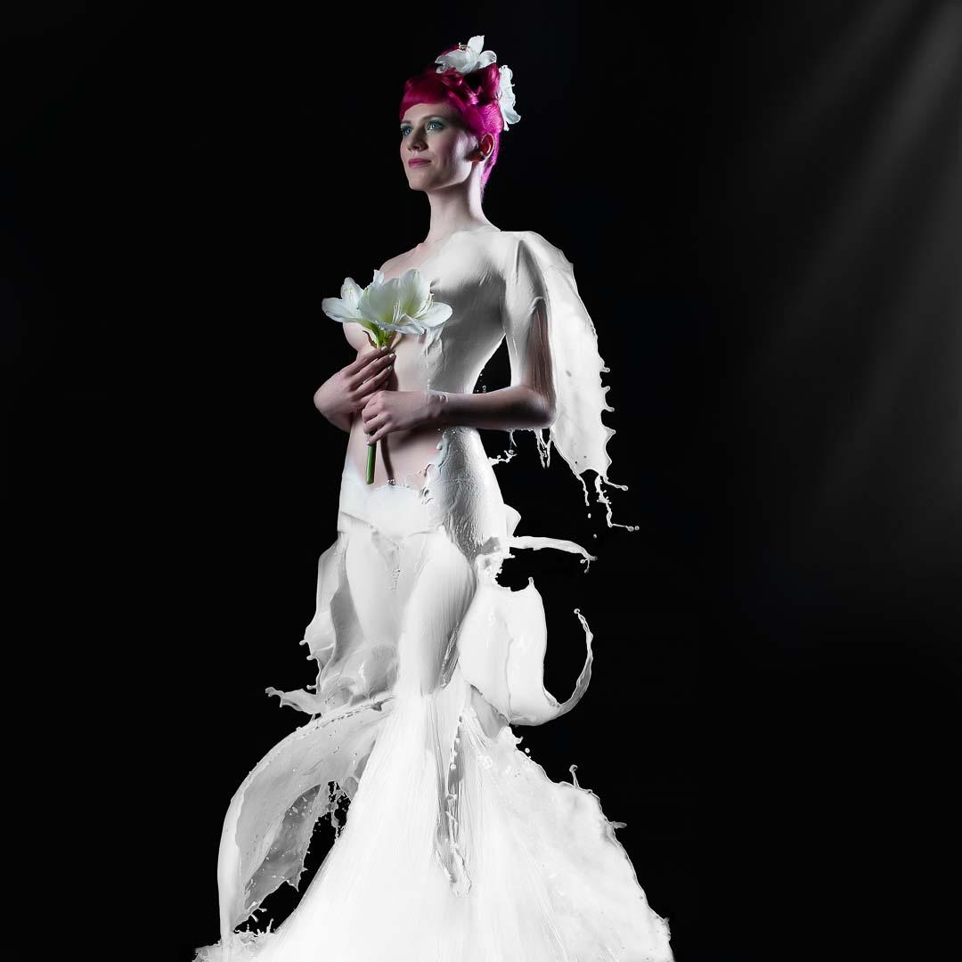 Fotograf-Fotostudio-Dresden-Shooting-Milch-Farbe-Weiß-Kopfschmuck-Kleid-Fließend-Akt-Make up