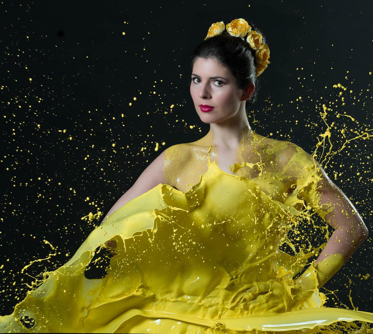 Fotograf-Fotostudio-Dresden-Shooting-Milch-Farbe-Gelb-Kopfschmuck-Kleid-Fließend-Akt-Make up