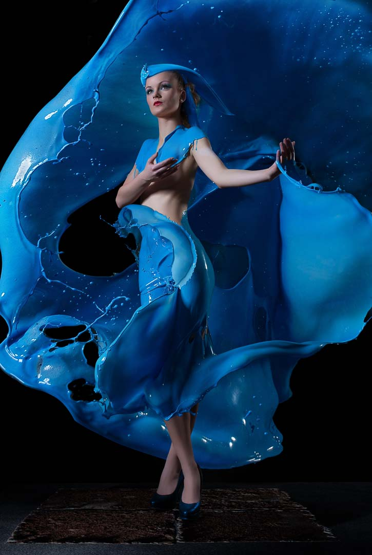 Fotograf-Fotostudio-Dresden-Shooting-Milch-Farbe-Blau-Kleid-Fließend-Akt -Make up-High heels
