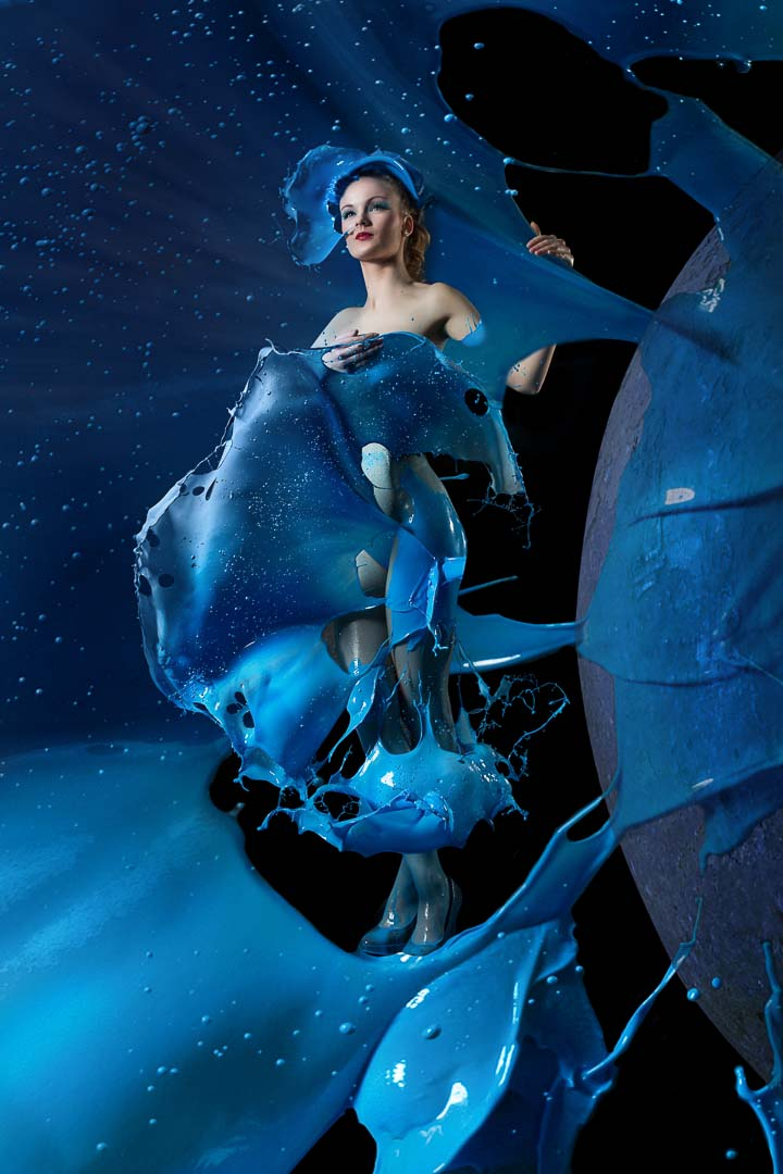 Fotograf-Fotostudio-Dresden-Shooting-Milch-Farbe-Blau-Hut-Kleid-Fließend-Akt-Make up