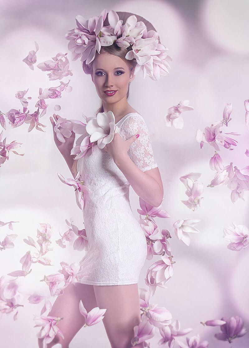 Halb Portrait -Fotostudio-Dresden- Blumen- Magnolie-Dress-Shooting-Styling-Kopfschmuck