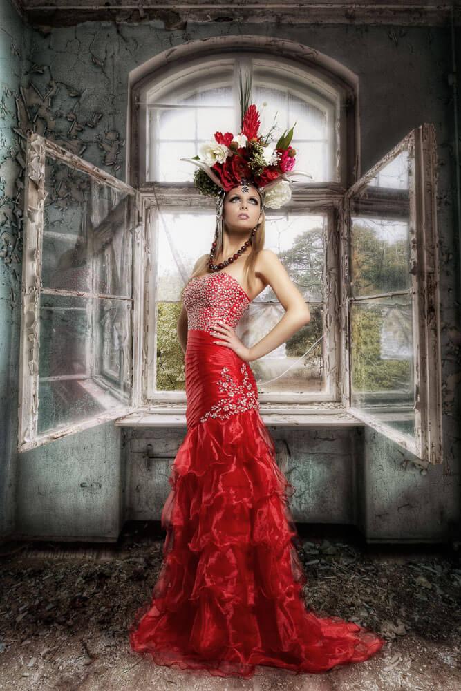 Vollportrait-Fotograf-Fotostudio-Dresden-Blumen-Styling-Elegant-Kleid-Kopfschmuck