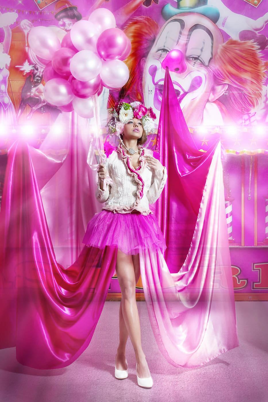 Vollportrait-Fotograf-Fotostudio-Dresden-Blumen-Styling-Elegant-Kleid-Kopfschmuck-Luftballons